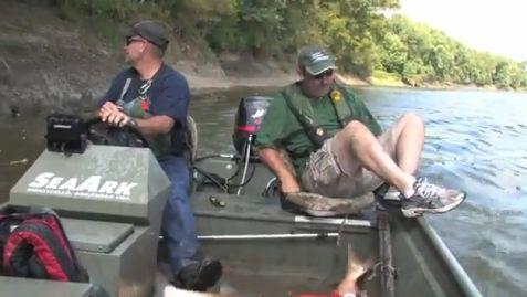 как рыбы запрыгивает в лодку
